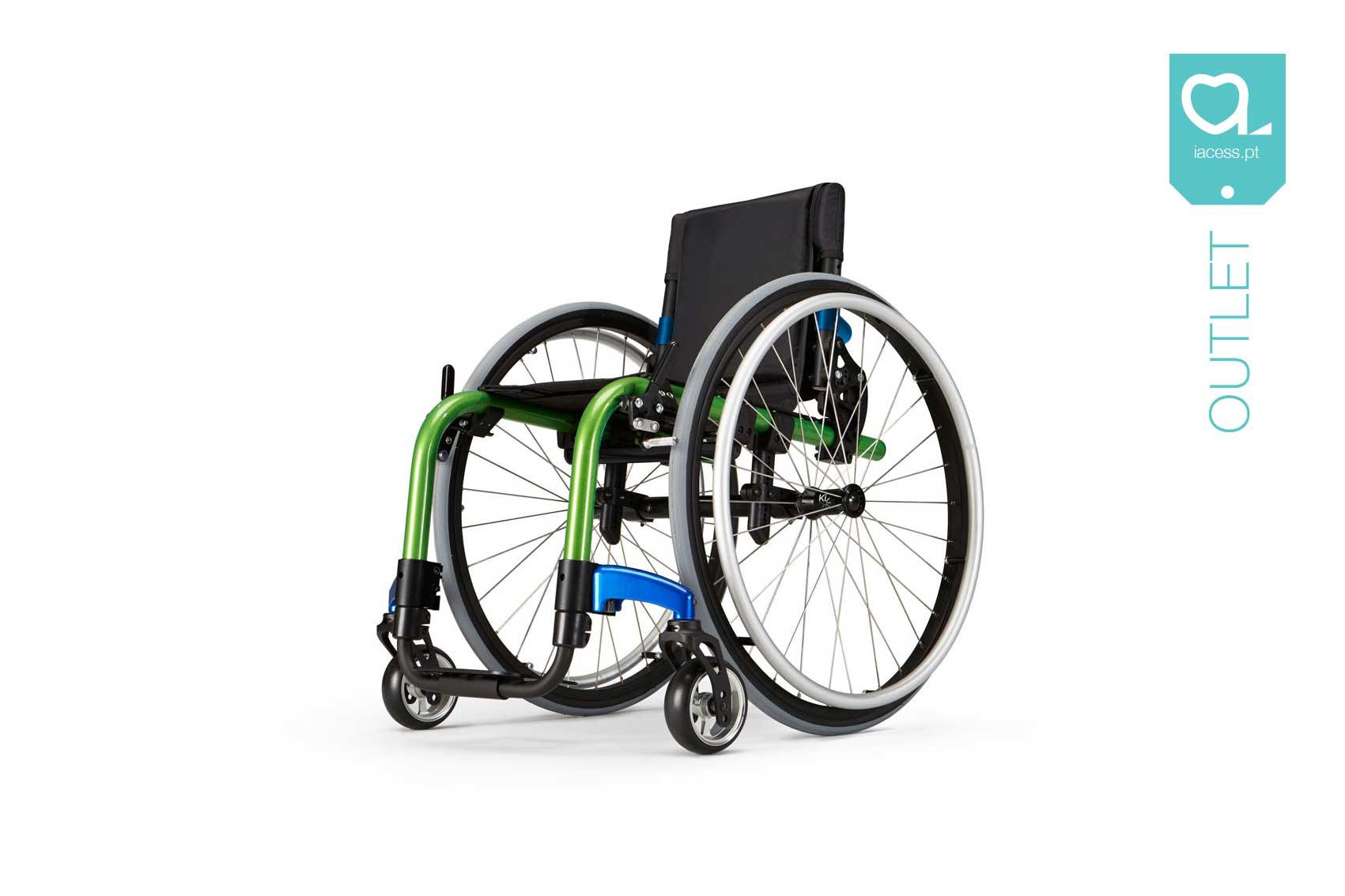 Cadeira de rodas com estrutura verde